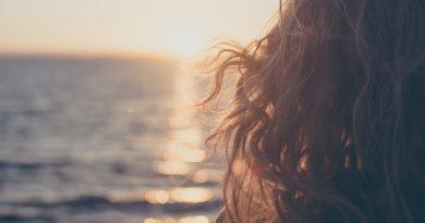 cheveux au vent - coucher de soleil