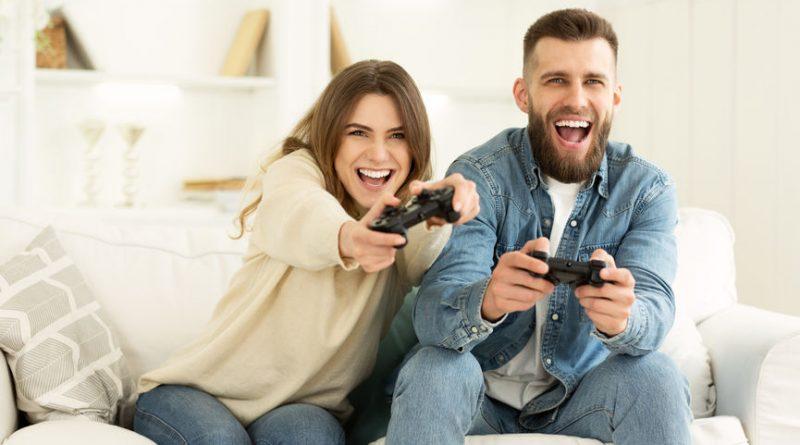Crazy CoAdultes jouant aux jeux-vidéo