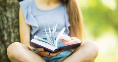 fille faisant de la lecture rapide dans le jardin