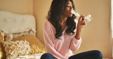 femme fume joint